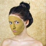Groen kosmetisch masker op meisjesgezicht stock afbeeldingen