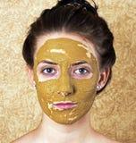 Groen kosmetisch masker op meisjesgezicht royalty-vrije stock foto's