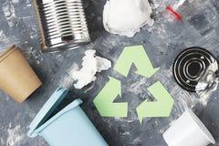 Groen kringloophuisvuilsymbool en plastiek, ijzerhuisvuil op een grijze achtergrond, hoogste mening royalty-vrije stock foto