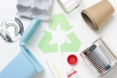 Groen kringloophuisvuilsymbool en plastiek, ijzerhuisvuil op witte achtergrond, hoogste mening stock afbeeldingen