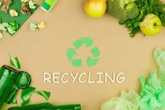 Groen kringlooppijlteken als symbool van het sorteren van gebruikt afvalhuisvuil royalty-vrije stock afbeeldingen