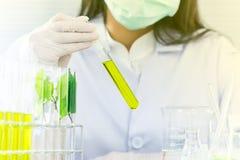 Groen kruiden de ontdekkingsvaccin van het geneeskundeonderzoek bij wetenschapslaboratorium stock afbeeldingen