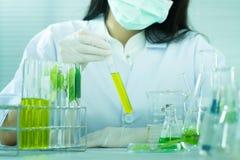 Groen kruiden de ontdekkingsvaccin van het geneeskundeonderzoek bij wetenschapslaboratorium Stock Foto