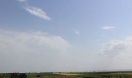 Groen landbouwgebied met hemel Royalty-vrije Stock Foto