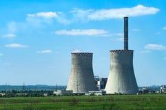 Groen landschap met thermische krachtcentrale Stock Foto's