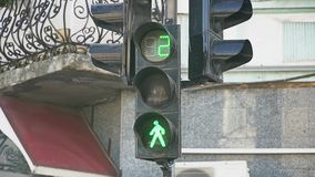 Groen licht aan rood licht Rood licht aan voetgangers stock videobeelden