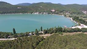 Groen meer, wijngaarden in de bergen lucht4k video stock videobeelden