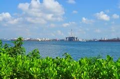 Groen met industriezones die door water worden gescheiden Stock Fotografie