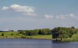 Groen mooi eiland in het centrum van een meer in de Zomer Stock Fotografie