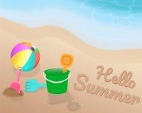 Groen oranje roze blauw Strandstuk speelgoed en kleurrijke strandbal op het strand Hello-de Zomer op het zand met de blauwe toon  Stock Foto's