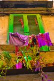 Groen Oud Blind met Kleurrijke Kleren, Installaties en Potten stock foto