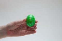 Groen paasei in vrouwelijke hand Royalty-vrije Stock Foto