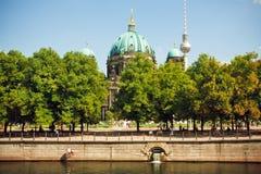 Groen park en beroemde structuren van Berlijn - Televisietoren en Berliner Dom Stock Foto