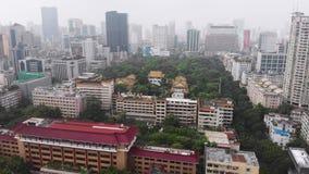 Groen park onder de huizen in de grote stad van Guangzhou