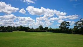 Groen park openlucht met blauwe hemelwolken Stock Afbeelding