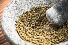 Groen peperbollenzaad in granietmortier of stamper royalty-vrije stock afbeelding