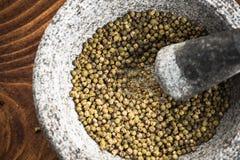 Groen peperbollenzaad in granietmortier of stamper royalty-vrije stock afbeeldingen