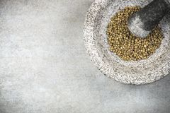 Groen peperbollenzaad in granietmortier of stamper stock foto's