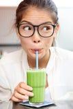 Groen plantaardig smoothiesap - vrouw het drinken Stock Foto's