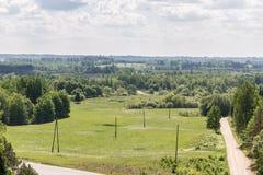 Groen platteland met weg, weiden stock afbeeldingen