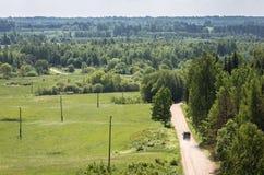 Groen platteland met weg, weiden stock afbeelding