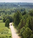 Groen platteland met weg, weiden stock foto's