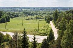 Groen platteland met weg, weiden royalty-vrije stock foto's