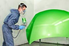 Groen schilderen van de arbeider. stock foto