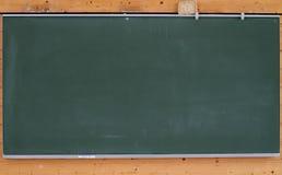 Groen schoolbord op muur Stock Afbeeldingen