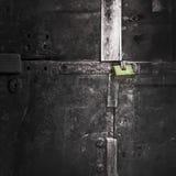 Groen slot op een zwarte metaal oude poorten royalty-vrije stock afbeelding