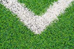 Groen synthetisch grassportterrein met witte lijn royalty-vrije stock afbeeldingen
