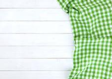 Groen tafelkleed op witte houten lijst Stock Afbeeldingen