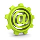 Groen tandradtoestel met e-mail bij symbool Stock Fotografie