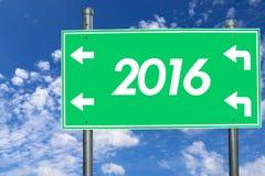 2016 Groen uithangbord op Mooie blauwe hemel met wolken in de duidelijke dag Stock Afbeelding