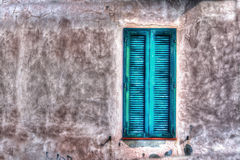Groen venster in een rustieke muur royalty-vrije stock fotografie