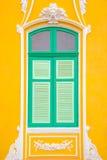 Groen venster en gele muur Stock Fotografie