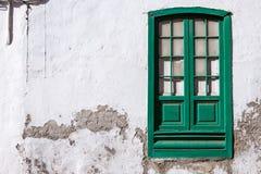 Groen venster op de muur Stock Foto's