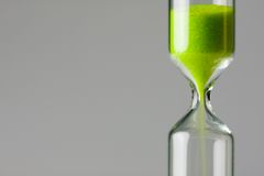 Groen verminderen. Groen zand van uurglas Royalty-vrije Stock Fotografie