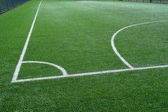Groen voetbalgebied met wit die lijnen merken royalty-vrije stock foto's