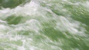 Groen water dat zwaar valt stock video