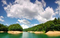 Groen water en blauwe hemel Royalty-vrije Stock Foto's