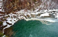Groen water van bergrivier royalty-vrije stock afbeelding