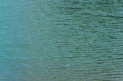 Groen water van meer als achtergrond Royalty-vrije Stock Foto's