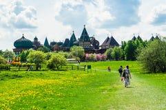 Groen weidelandschap met oud kasteel in de afstand stock fotografie
