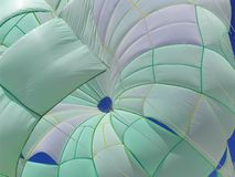 Groen-wit parasail royalty-vrije stock fotografie