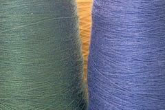 Groenachtig blauwe achtergrond van draden en garens Stock Afbeeldingen