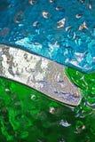 Groenachtig blauwe en witte kleuren van een gebrandschilderd glasvenster Stock Foto's