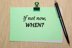 Groenboek met paperclip op gele textuur wordt geïsoleerd die Als niet nu, wanneer royalty-vrije stock afbeelding