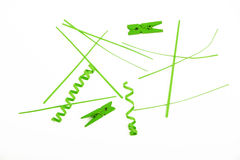 Groenboekbesnoeiingen, stukken en wasknijpers op wit Royalty-vrije Stock Afbeelding