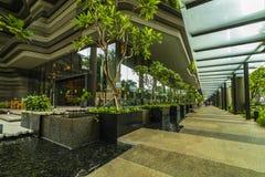 Groene aardvoorgevel van Parkroyal bij Pickering-de hotelbouw in de stad van Singapore royalty-vrije stock afbeelding